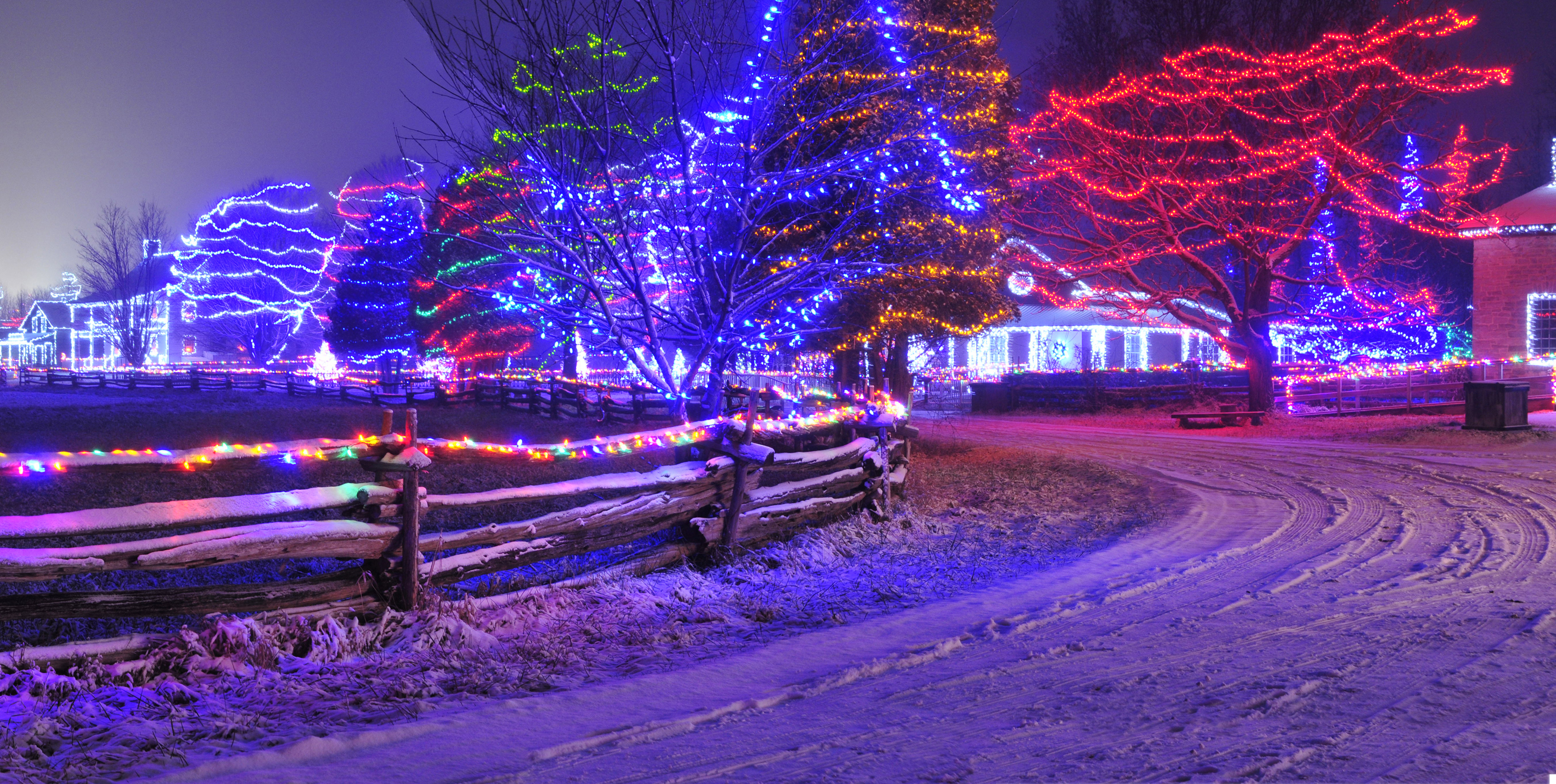 Night lights upper canada village - Aan Toy Trian